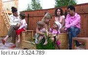 Купить «Семья отдыхает на свежем воздухе», видеоролик № 3524789, снято 19 июня 2008 г. (c) Losevsky Pavel / Фотобанк Лори