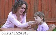 Мама кормит маленькую девочку. Стоковое видео, видеограф Losevsky Pavel / Фотобанк Лори