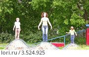 Купить «Мама занимается гимнастикой с детьми на детской площадке», видеоролик № 3524925, снято 2 июля 2008 г. (c) Losevsky Pavel / Фотобанк Лори