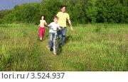 Купить «Родители с сыном гуляют в летнем парке», видеоролик № 3524937, снято 2 июля 2008 г. (c) Losevsky Pavel / Фотобанк Лори