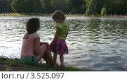Купить «Мать и дочь у пруда», видеоролик № 3525097, снято 28 июля 2008 г. (c) Losevsky Pavel / Фотобанк Лори