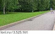 Купить «Роллер едет по дорожке в парке, спрятав руки за спину», видеоролик № 3525161, снято 1 сентября 2008 г. (c) Losevsky Pavel / Фотобанк Лори