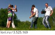 Купить «Молодые люди танцуют на свежем воздухе», видеоролик № 3525169, снято 1 сентября 2008 г. (c) Losevsky Pavel / Фотобанк Лори