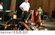 """Купить «Солистка группы """"Чи Ли"""" раздает автографы на концерте», видеоролик № 3525221, снято 1 сентября 2008 г. (c) Losevsky Pavel / Фотобанк Лори"""