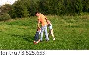 Купить «Отец играет с детьми на зеленой лужайке», видеоролик № 3525653, снято 14 сентября 2008 г. (c) Losevsky Pavel / Фотобанк Лори