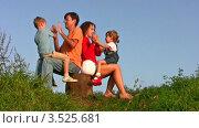 Купить «Семья с детьми сидит на пеньке на фоне голубого неба», видеоролик № 3525681, снято 15 сентября 2008 г. (c) Losevsky Pavel / Фотобанк Лори