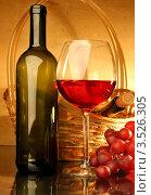 Купить «Композиция с бокалом красного вина, корзиной и виноградом», фото № 3526305, снято 14 мая 2012 г. (c) Виктор Топорков / Фотобанк Лори