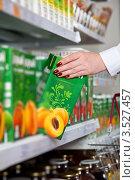 Купить «Покупатель берет пакет сока со стеллажа супермаркета», фото № 3527457, снято 13 мая 2012 г. (c) Баевский Дмитрий / Фотобанк Лори