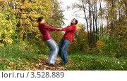 Купить «Пара кружится в парке, держась за руки», видеоролик № 3528889, снято 7 октября 2008 г. (c) Losevsky Pavel / Фотобанк Лори
