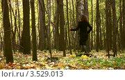 Купить «Женщина убегает от мужчины в осеннем лесу», видеоролик № 3529013, снято 16 октября 2008 г. (c) Losevsky Pavel / Фотобанк Лори