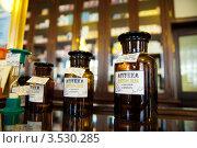 Склянки в аптеке доктора Пеля и сыновей. Санкт-Петербург (2012 год). Редакционное фото, фотограф Ольга Визави / Фотобанк Лори