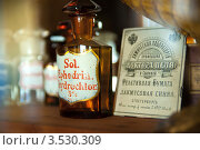 Пустые склянки на витринах аптеки доктора Пеля. Санкт-Петербург (2012 год). Редакционное фото, фотограф Ольга Визави / Фотобанк Лори