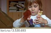 Купить «Маленькая девочка играет в куклы», видеоролик № 3530693, снято 24 декабря 2008 г. (c) Losevsky Pavel / Фотобанк Лори