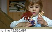 Купить «Маленькая девочка играет в куклы», видеоролик № 3530697, снято 24 декабря 2008 г. (c) Losevsky Pavel / Фотобанк Лори