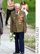 Ветеран войны с цветами (2012 год). Редакционное фото, фотограф Игорь Ткачёв / Фотобанк Лори