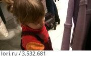 Купить «Маленькая девочка рассматривает одежду в магазине», видеоролик № 3532681, снято 25 декабря 2008 г. (c) Losevsky Pavel / Фотобанк Лори