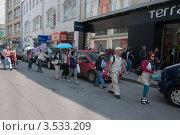 Купить «Иностранные туристы, идущие к Красной площади по Никольской улице», фото № 3533209, снято 5 мая 2012 г. (c) Вячеслав Палес / Фотобанк Лори