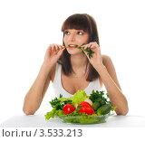 Симпатичная девушка с овощами держит веточку петрушки. Стоковое фото, фотограф Юрий Андреев / Фотобанк Лори