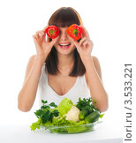 Симпатичная девушка с овощами держит болгарский перец. Стоковое фото, фотограф Юрий Андреев / Фотобанк Лори