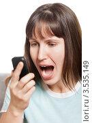 Рассерженная или злая девушка кричит в мобильный телефон. Стоковое фото, фотограф Илья Андриянов / Фотобанк Лори
