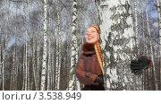 Купить «Женщина ходит вокруг дерева в парке», видеоролик № 3538949, снято 15 апреля 2009 г. (c) Losevsky Pavel / Фотобанк Лори
