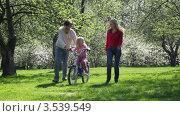 Купить «Родители учат дочку кататься на велосипеде», видеоролик № 3539549, снято 26 мая 2009 г. (c) Losevsky Pavel / Фотобанк Лори