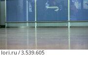 Купить «Ноги пассажиров с багажом», видеоролик № 3539605, снято 2 июня 2009 г. (c) Losevsky Pavel / Фотобанк Лори