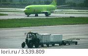 Купить «Самолет на посадочной площадке», видеоролик № 3539809, снято 23 сентября 2009 г. (c) Losevsky Pavel / Фотобанк Лори