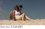 Купить «Мужчина и женщина на песчаном пляже», видеоролик № 3539881, снято 29 июня 2009 г. (c) Losevsky Pavel / Фотобанк Лори