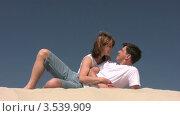Купить «Мужчина и женщина смотрят друг на друга», видеоролик № 3539909, снято 29 июня 2009 г. (c) Losevsky Pavel / Фотобанк Лори