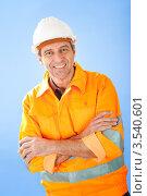 Купить «Рабочий в белой каске сложил руки на груди», фото № 3540601, снято 5 февраля 2012 г. (c) Андрей Попов / Фотобанк Лори