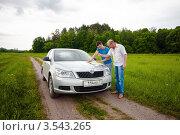 Двое мужчин рассматривают карту дорог  возле машины, эксклюзивное фото № 3543265, снято 23 мая 2012 г. (c) Игорь Низов / Фотобанк Лори