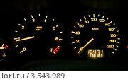 Купить «Дисплей на автомобильной панели, тахометр и спидометр», видеоролик № 3543989, снято 29 октября 2009 г. (c) Losevsky Pavel / Фотобанк Лори