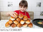 Купить «Девочка укладывает пирожки в кучу», фото № 3544801, снято 24 мая 2012 г. (c) Ольга Денисова / Фотобанк Лори