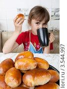 Купить «Девочка пьет чай с печеными пирожками», фото № 3544997, снято 24 мая 2012 г. (c) Ольга Денисова / Фотобанк Лори