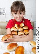 Купить «Девочка держит охапку печеных пирожков», фото № 3545013, снято 24 мая 2012 г. (c) Ольга Денисова / Фотобанк Лори