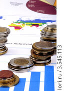 Стопки монет на экономическом графике. Стоковое фото, фотограф Галина Власова / Фотобанк Лори