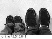 Детские и мужские ноги в ботинках. Стоковое фото, фотограф Денис Омельченко / Фотобанк Лори