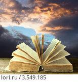 Купить «Открытая книга на фоне неба», фото № 3549185, снято 2 марта 2011 г. (c) Инга Дудкина / Фотобанк Лори