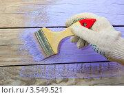 Покраска деревянной стены. Стоковое фото, фотограф Карева Олеся / Фотобанк Лори