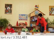 Купить «Педагог занимается с детьми в детском саду», эксклюзивное фото № 3552481, снято 3 августа 2011 г. (c) Дмитрий Нейман / Фотобанк Лори
