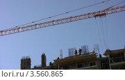 Купить «Башенный кран работает на строительной площадке», видеоролик № 3560865, снято 16 апреля 2009 г. (c) Losevsky Pavel / Фотобанк Лори