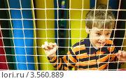 Купить «Мальчик за сеткой», видеоролик № 3560889, снято 17 апреля 2009 г. (c) Losevsky Pavel / Фотобанк Лори