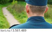 Купить «Полицейский в униформе стоит спиной на фоне лесной дороги», видеоролик № 3561489, снято 23 ноября 2009 г. (c) Losevsky Pavel / Фотобанк Лори