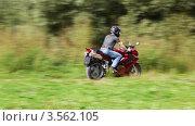 Купить «Мотоциклист едет через парк», видеоролик № 3562105, снято 18 декабря 2009 г. (c) Losevsky Pavel / Фотобанк Лори
