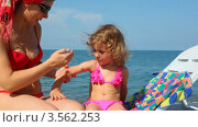Купить «Мама наносит защитный крем на кожу маленькой дочки на пляже», видеоролик № 3562253, снято 3 января 2010 г. (c) Losevsky Pavel / Фотобанк Лори