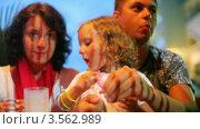 Купить «Семья с маленькой девочкой едят в ночном кафе», видеоролик № 3562989, снято 22 января 2010 г. (c) Losevsky Pavel / Фотобанк Лори