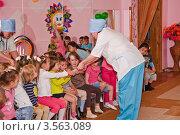 Купить «Праздник в детском саду. Доктор Айболит и дети», эксклюзивное фото № 3563089, снято 1 июня 2012 г. (c) Алёшина Оксана / Фотобанк Лори