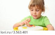 Купить «Маленькая девочка считает разноцветные кнопки на игрушке на белом фоне», видеоролик № 3563401, снято 2 января 2010 г. (c) Losevsky Pavel / Фотобанк Лори