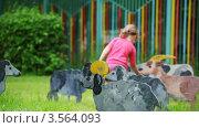 Купить «Девочка на лужайке с игрушечными разрисованными домашними животными», видеоролик № 3564093, снято 27 февраля 2010 г. (c) Losevsky Pavel / Фотобанк Лори